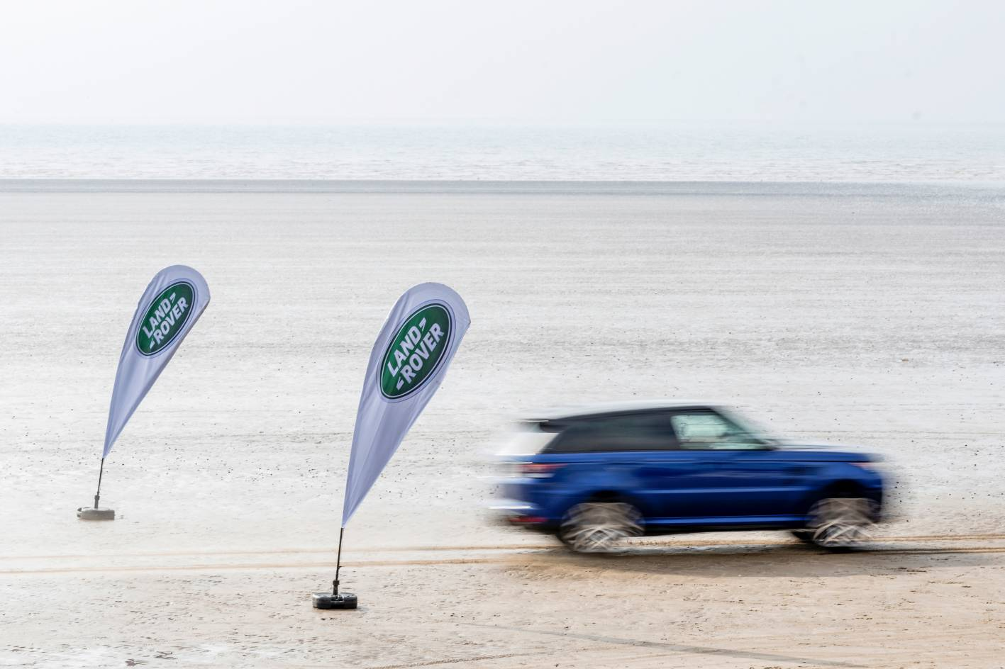 Watch a Range Rover Sport SVR accelerate like a demon, off-road