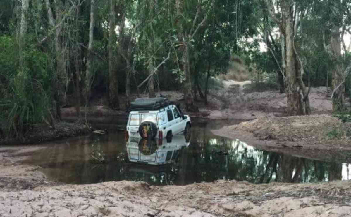 Tourists get bogged, call rescue, don't engage 4WD.